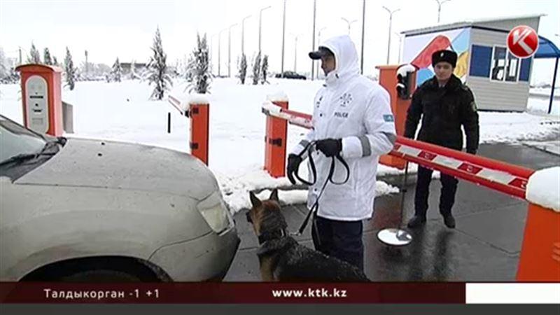 Полиция и военные охраняют периметр атлетической деревни в Алматы