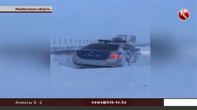 Люди и машины оказались под снежными завалами в казахстанских регионах