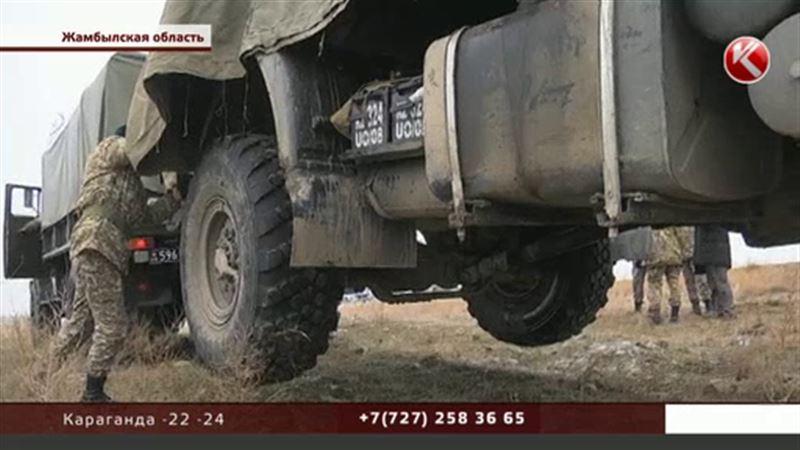 Недалеко от Тараза перевернулся КамАЗ с военными
