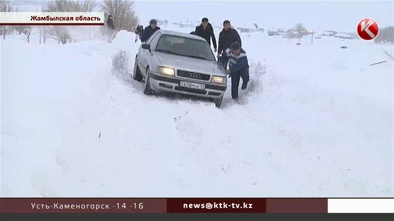 В Жамбылской области неделю откапывали дорогу к отдаленным аулам