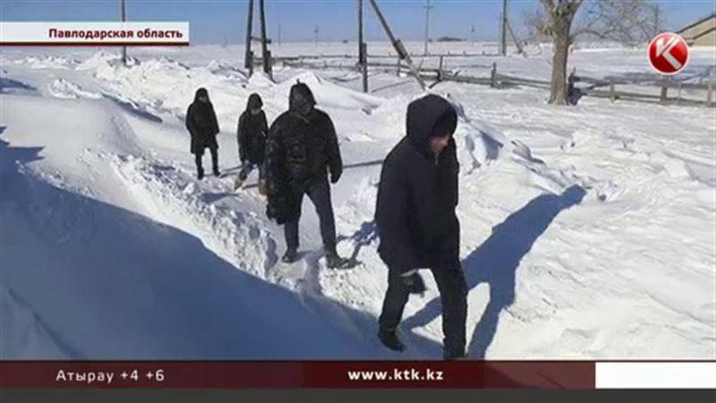 Из-за трехметровых сугробов аул в Павлодарской области вот-вот начнет голодать