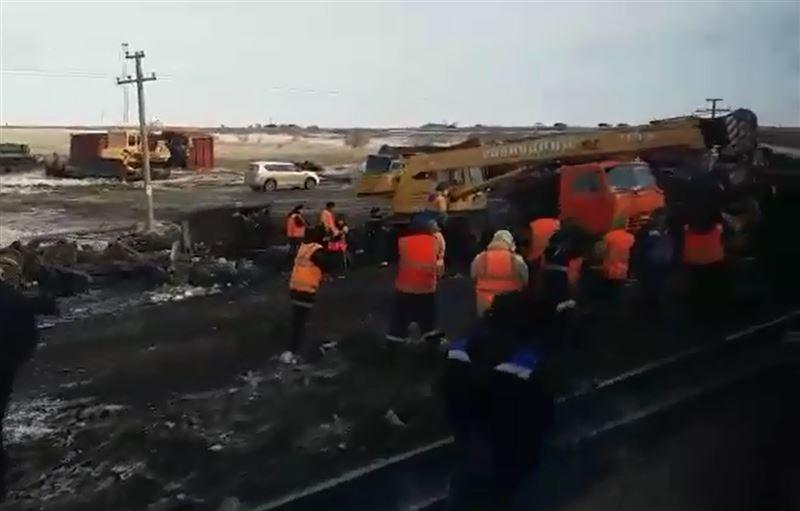 Пассажиры из-за схода вагонов грузового поезда 12 часов просидели в степи