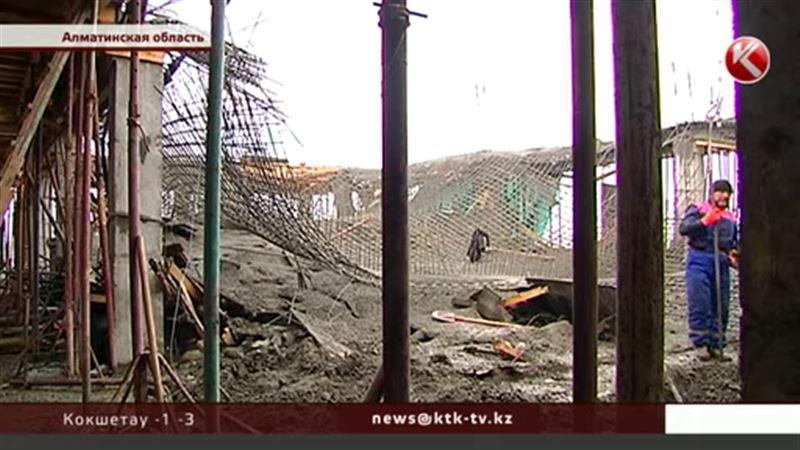 ЭКСКЛЮЗИВ: При строительстве школы под Алматы рухнула конструкция, рабочие заявляют о пострадавших