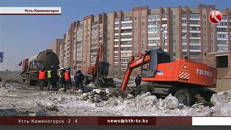 В Усть-Каменогорске после коммунального наводнения вмерзли в лед автомобили