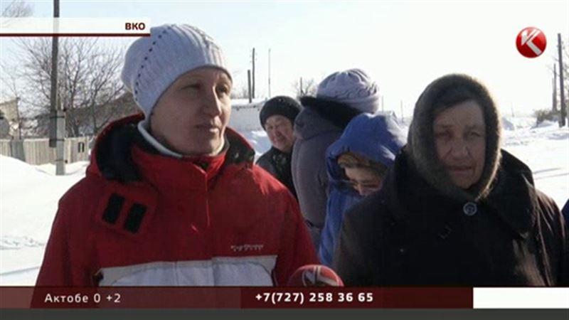 В заметенном снегом селе Баженово в топку пошли сараи и заборы