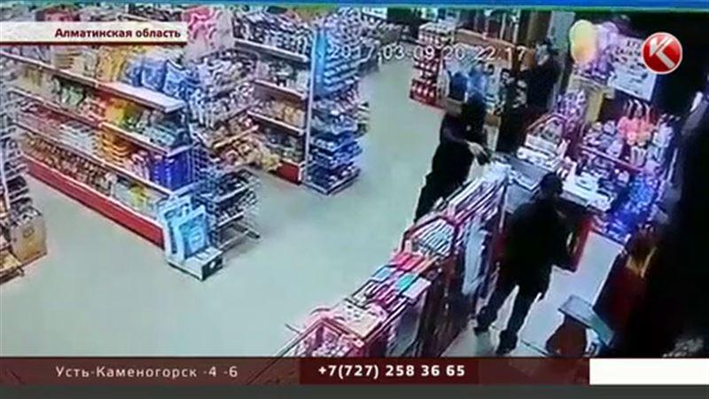 Алматинский продавец не оставила шансов грабителю с охотничьим ружьем