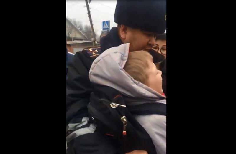 Полицейская машина во время погони сбила ребенка в Алматы