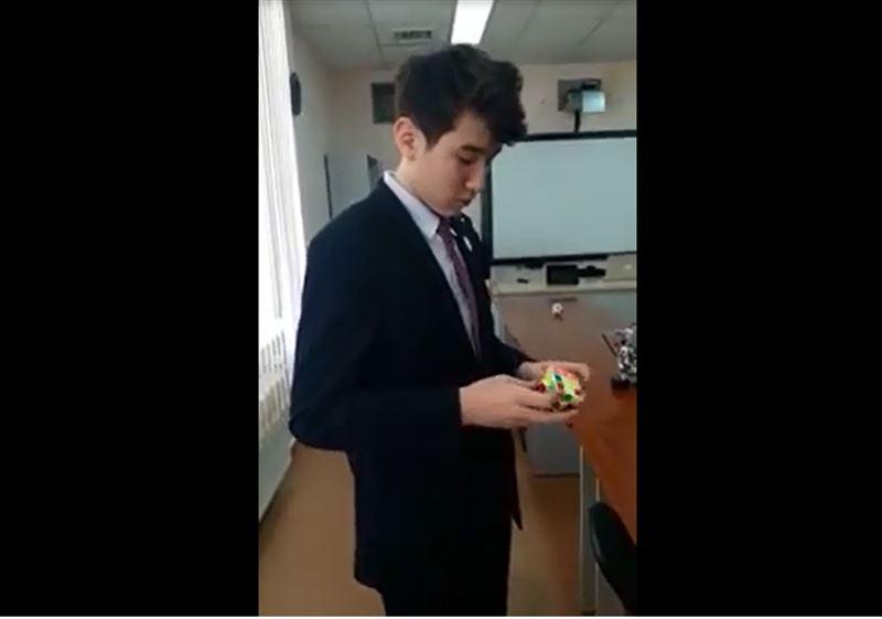 Павлодарский школьник собрал кубик Рубика быстрее мирового рекордсмена