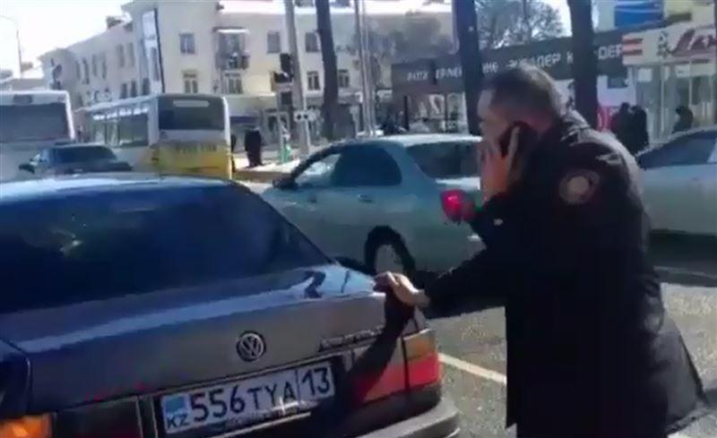 Начальник полиции Шымкента помог водителю заглохшей машины