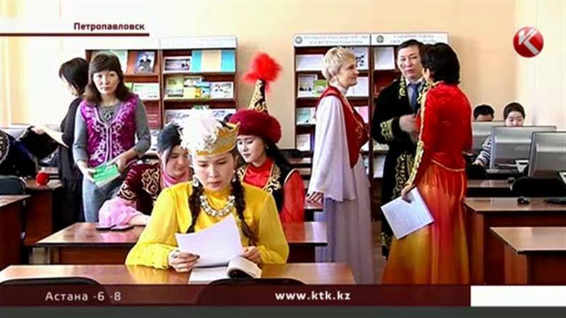 На работу в национальных костюмах пришли петропавловцы