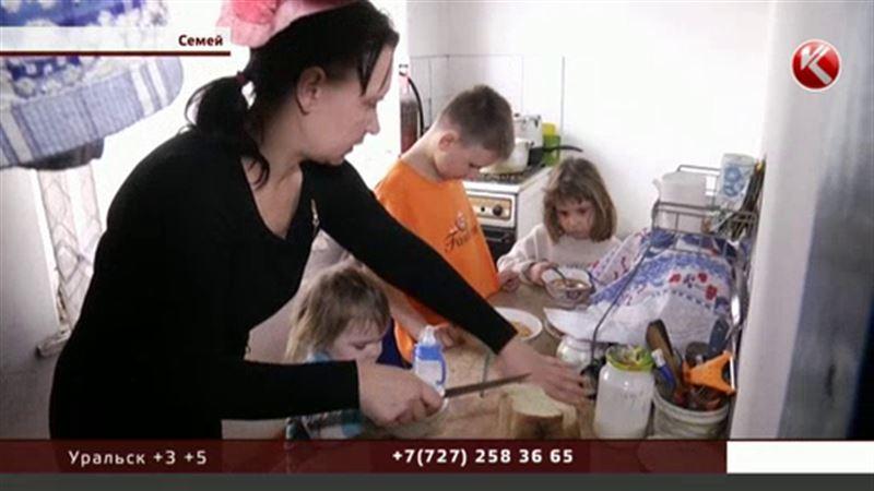 В Семее бедствует мать-одиночка с пятью маленькими детьми