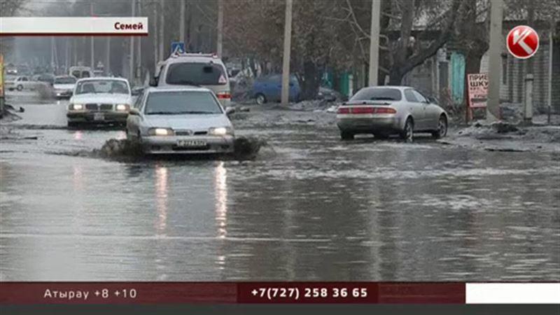 В Семее из-за резкого потепления затопило центральные улицы