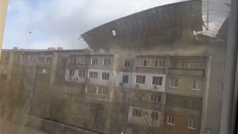 Ураганный ветер сорвал крыши в Атырауской области