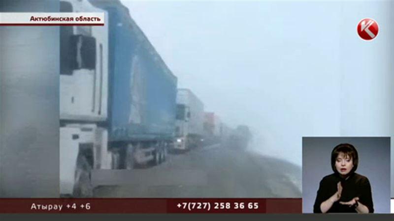Десятки большегрузов из-за непогоды застряли на трассе в Актюбинской области