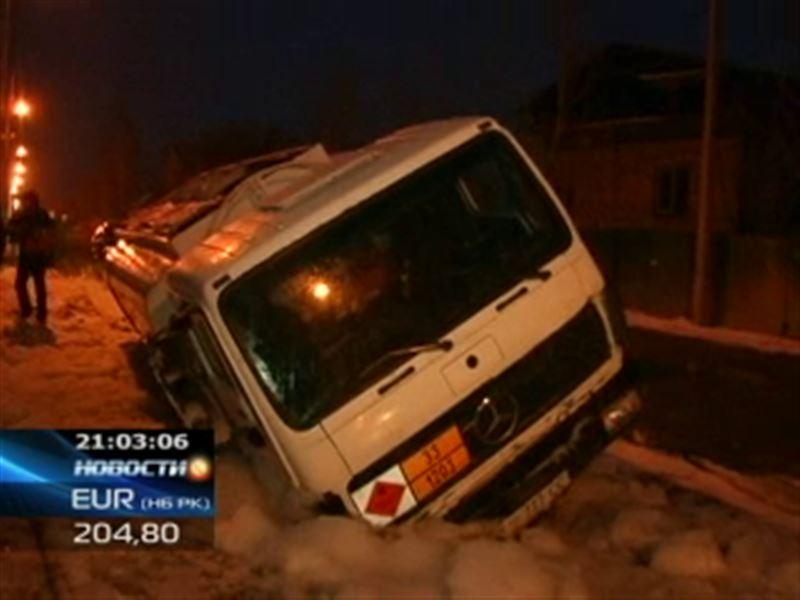 В Алматы бензовоз провалился в огромную яму посреди дороги
