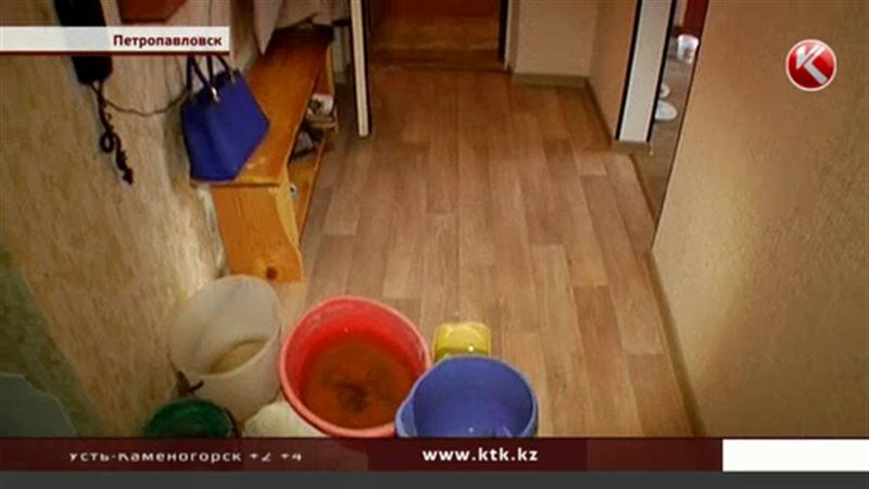 В Петропавловске люди живут в доме, но под дождем