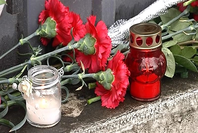Алматинцы несут цветы к зданию Генконсульства России
