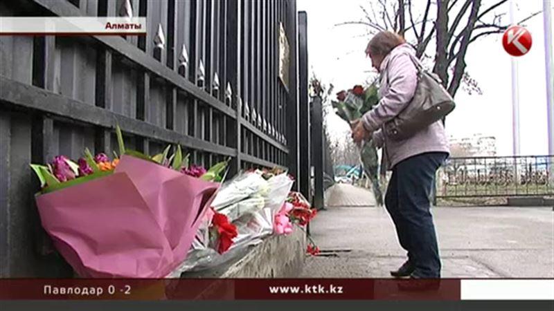 К российскому консульству в Алматы горожане  несут цветы