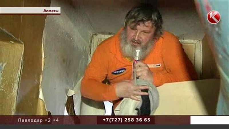 Алматинцы страдают от соседа, устроившего зловонную свалку в квартире