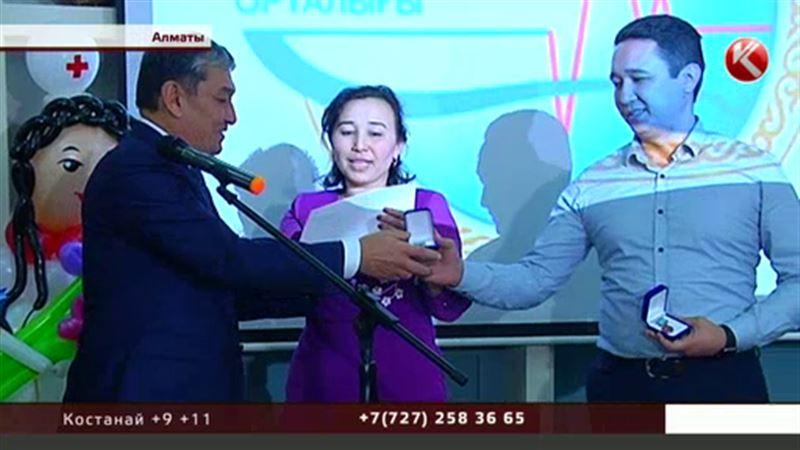 Доноры по пересадке печени и спасенные ими встретились на церемонии награждения