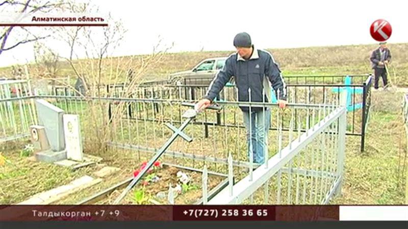 В Алматинской области подростки-вандалы разгромили кладбище