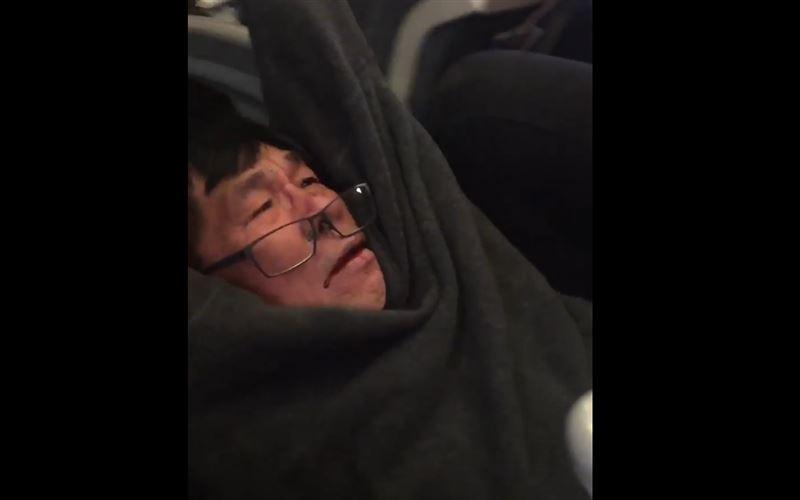 В США из самолета силой вышвырнули спешащего к больным врача