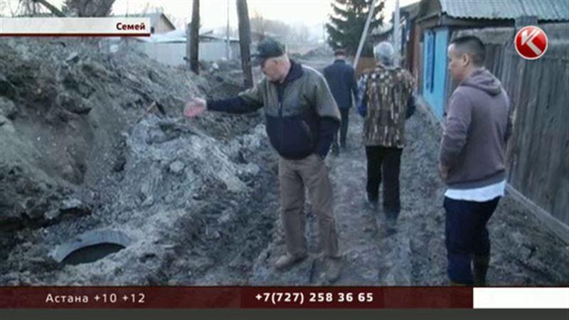 Семейчане боятся утонуть в грязи – строители оставили ямы в человеческий рост