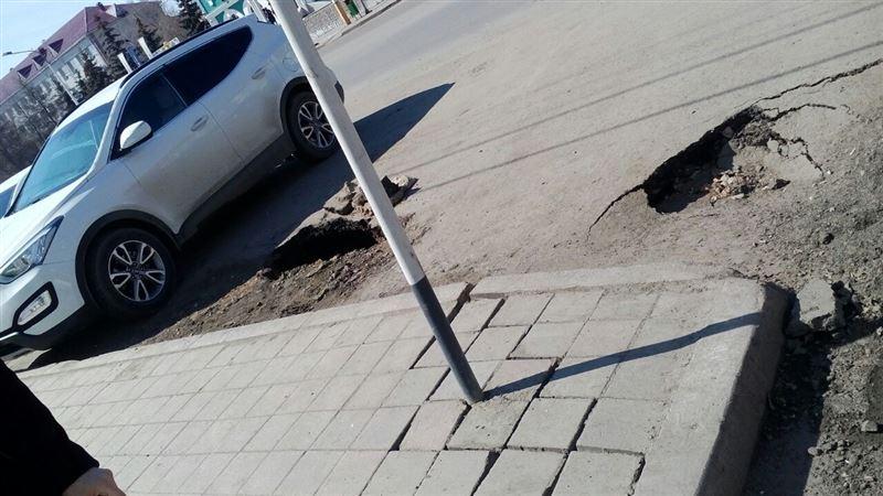 В Костанае возле торгового дома провалился асфальт