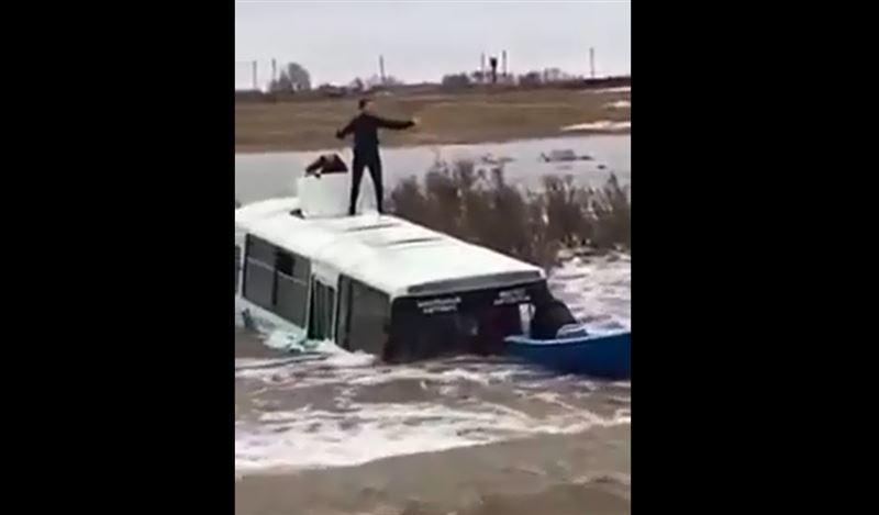 Автобус со школьниками смыло с дороги в Акмолинской области