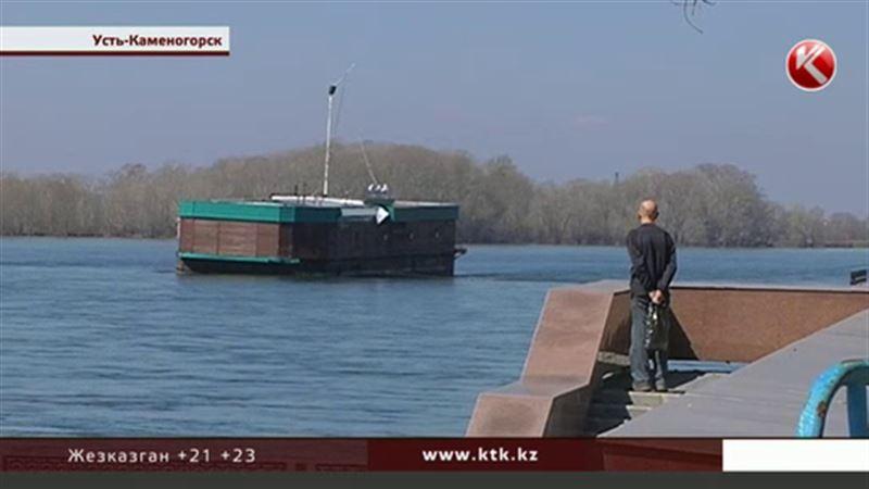В Усть-Каменогорске плавучее кафе повредило городскую набережную