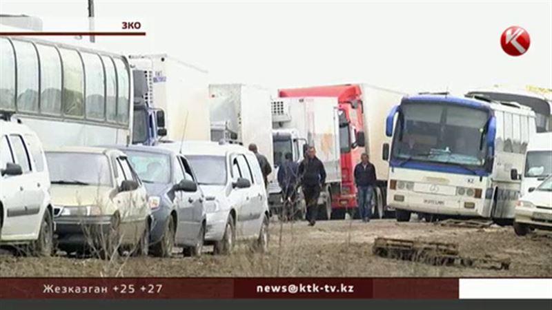 Фуры и пассажирские автобусы уже двое суток стоят на границе с Россией
