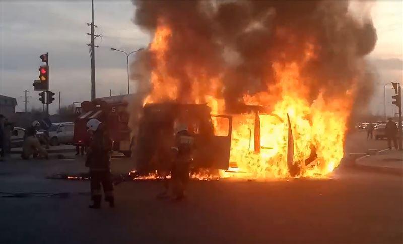 В Астане дотла сгорела машина скорой помощи