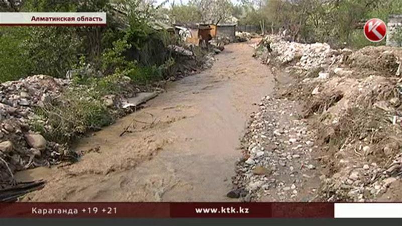 Под Алматы техника не может пробраться через узкие улочки к затопленным домам