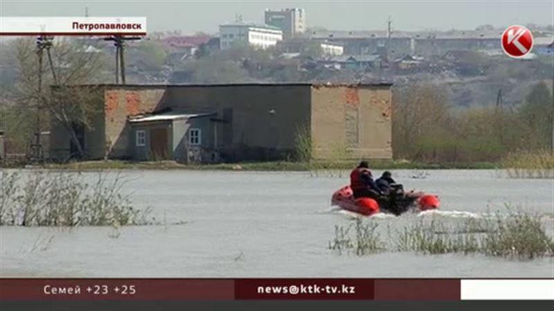 На «большую землю» североказахстанских сельчан возят на лодках алматинцы