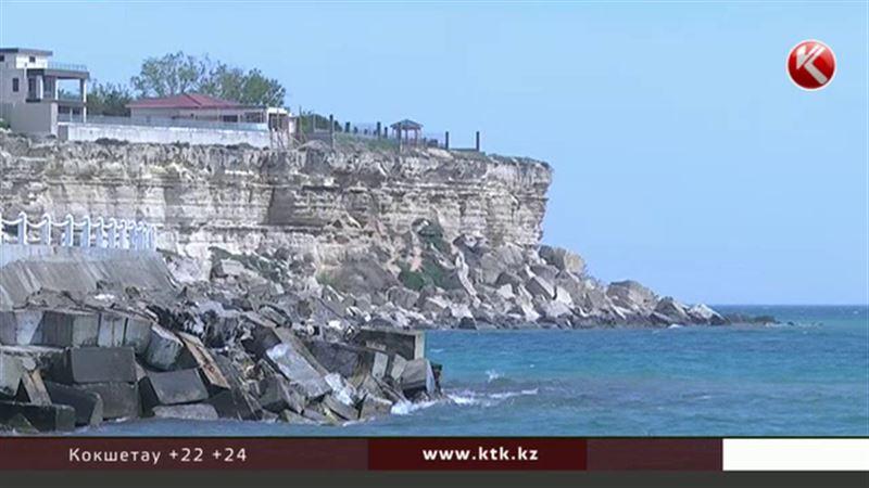 В Актау 15-летняя школьница упала со скалы и разбилась о камни