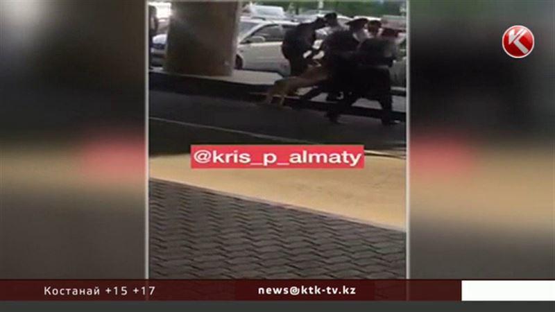 Личность мужчины, разгуливавшего голым близ аэропорта Алматы, установлена