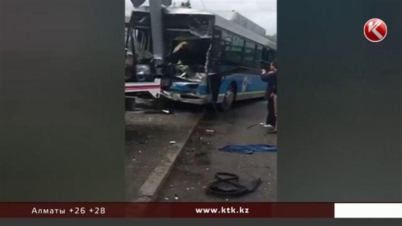 В столкновении автобуса и внедорожника пострадали 23 алматинца