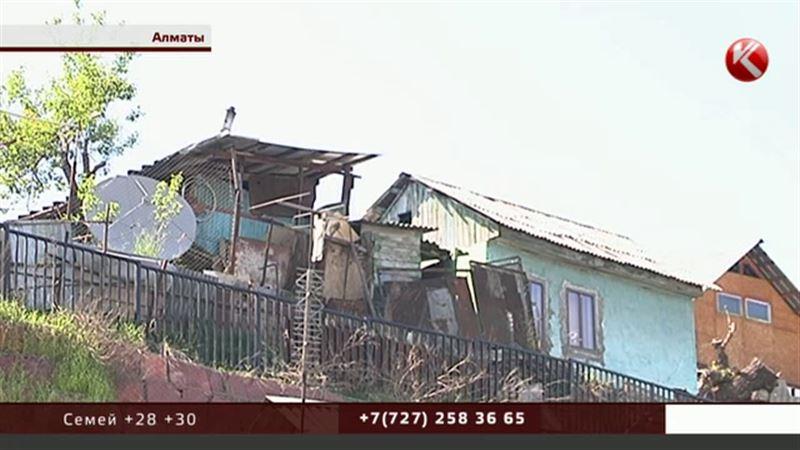 В Алматы из-за дождей сараи и теплица уже обрушились с обрыва, на очереди - дома