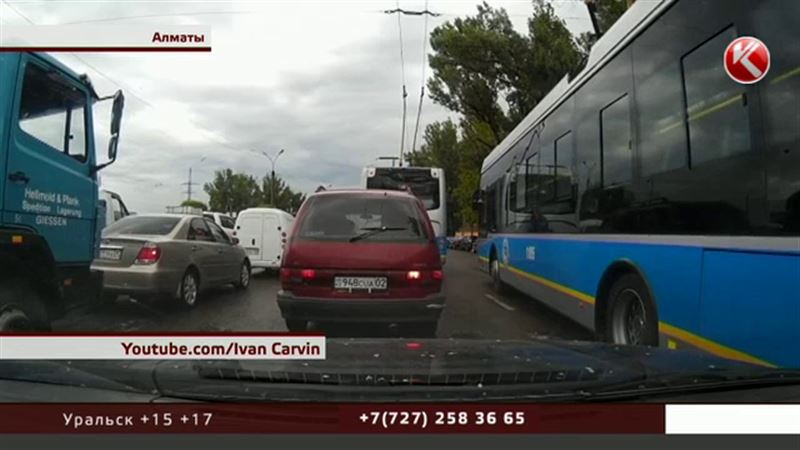 Алматинские водители троллейбусов ведут нешуточную борьбу за пассажиров