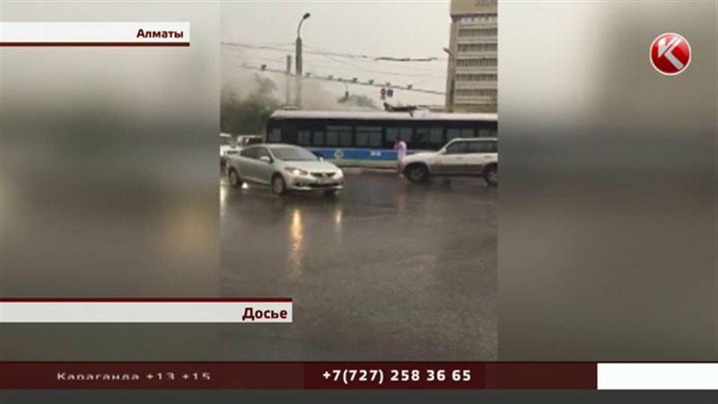 В Алматы загорелся троллейбус