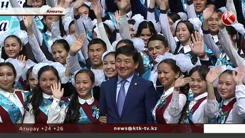 Казахстанские выпускники прощались со школой