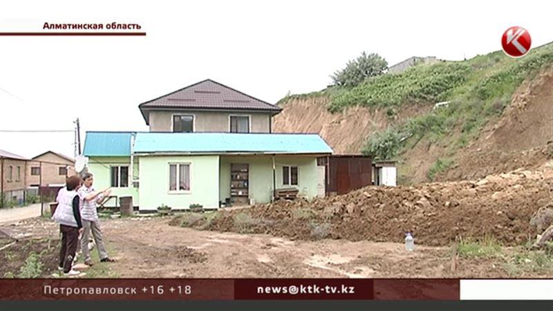 Владельцы элитной недвижимости под Алматы могут лишиться ее из-за оползней