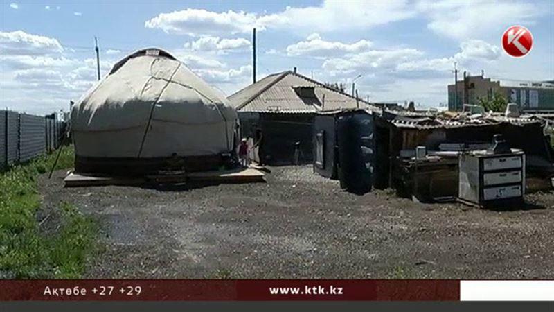 Баспана дауы: Астана әкімдігі үйлері  құлағалы тұрған отбасыға киіз үй тігіп берген