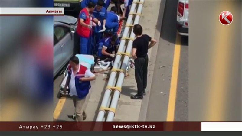 В Алматы во время аварии из-за открытого люка девушка потеряла ноги