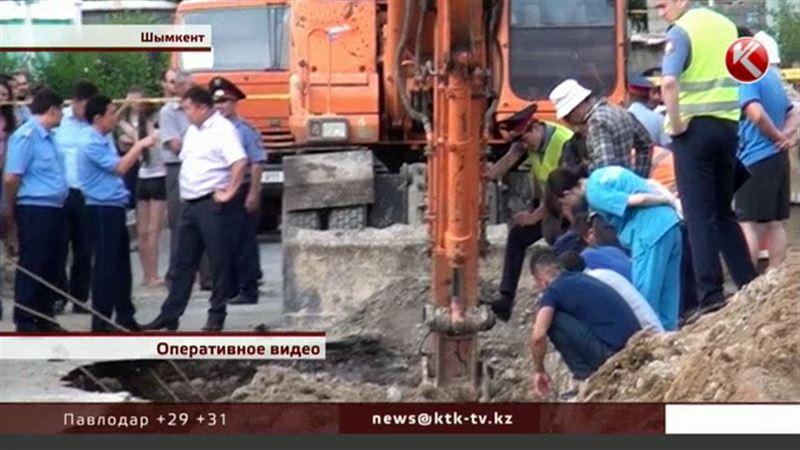 Как случилось, что пятерых человек завалило грунтом, выясняют в Шымкенте