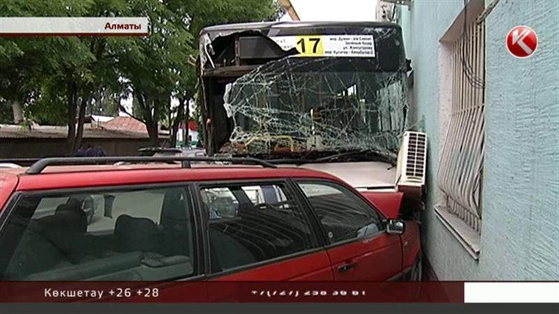Апат: Алматыда адамға лық толы екі  автобус соқтығысып қалды