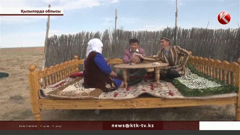 Қызылордалық шеберлер «Экспо»  көрмесіне орай ашылған этноауылдағы былықты жайып салды
