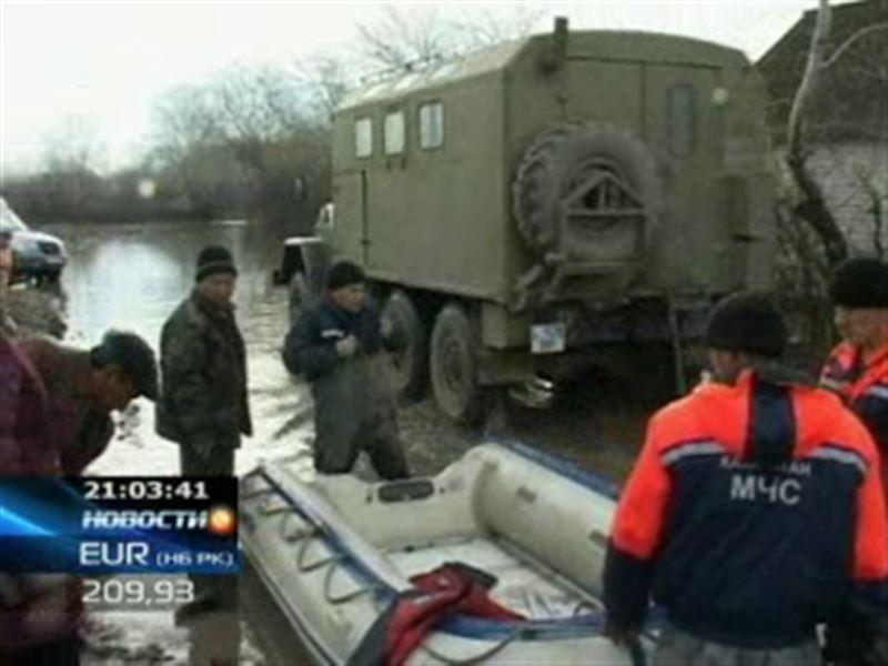 Масштабные потопы в Западном Казахстане продолжаются. В окрестностях Уральска залиты паводковыми водами и разрушены более ста домов