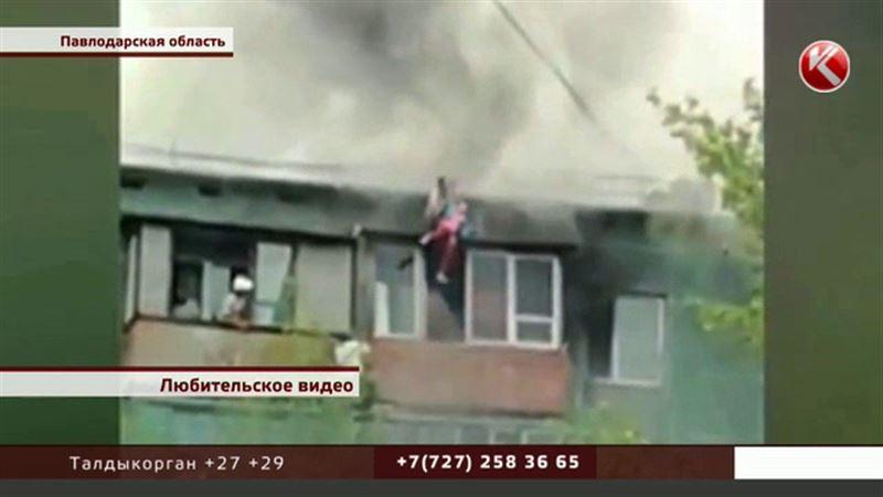 Женщину с детьми эвакуировали через крышу горящей многоэтажки