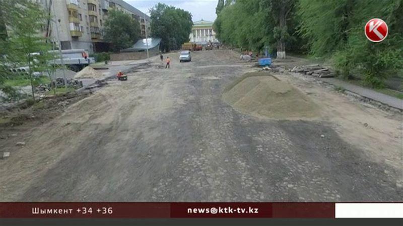 В центре Алматы под слоем асфальта обнаружили булыжную мостовую